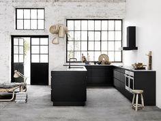Cozinha Preta e Acessórios de Madeira. Designer: kvik.