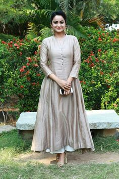 Pin by aarti arora on dresses in 2019 vestidos, ropa, moda femenina. Salwar Designs, Kurta Designs Women, Kurti Designs Party Wear, Frock Design, Salwar Dress, Anarkali, Patiala Suit, Salwar Kameez, Dress Neck Designs