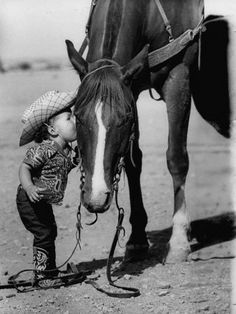 little cowboy, how cute. Look how the horse puts his head down for the little cowboy. / So very cute. A little cowboy EL. Little Cowboy, Cowboy And Cowgirl, Cowboy Baby, Cowgirl Photo, Cowboy Horse, Camo Baby, Cowgirl Bling, Horse Posters, Clydesdale
