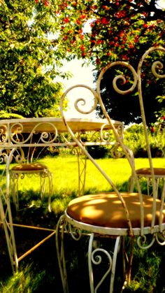 Vintage French Wrought Iron Conservatory / Patio / Cafe Table And 4 on round swimming pool designs, round tree house designs, round stained glass designs, round jewelry designs, round patio designs, round kitchen designs, round gate designs, round chimney designs, round picket fence designs, round ironwork designs, round art designs, round pottery designs,