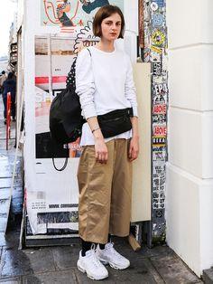 デザイナーのダマシアは「ユニクロユー」のショルダーバッグをウエストポーチ風にアレンジ。 Seoul Fashion, Street Fashion Show, Normcore Fashion, Normcore Style, First Day Outfit, Japan Woman, Fashion Story, Japanese Fashion, Street Style Women
