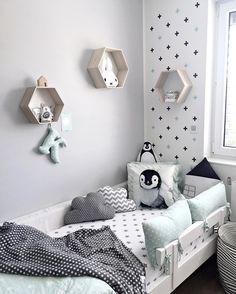 Wzorzysta ściana z plusików w pokoju dziecięcym