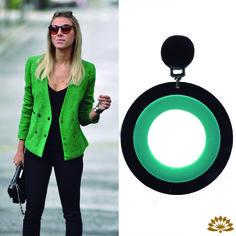 inspire-se nas blogueiras e adquira um maxi brinco de acrílico preto e verde