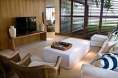 Sala multimídia com décor tropical. Estilo e bom gosto!   https://www.homify.com.br/livros_de_ideias/37429/salas-multimidia-podem-ser-mais-confortaveis-que-cinemas
