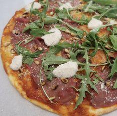 Een bord carpaccio met truffelmayonaise is natuurlijk een heerlijke combinatie. In de zomer eten we dit regelmatig met wat stokbroodje erbij (en een lekker drankje). Onlangs besloot ik om eens iets nieuws te proberen… om een pizza met carpaccio, pijnboompitjes, rucola, Parmezaanse kaas en truffelmayonaise te beleggen. Dit smaakte heerlijk!