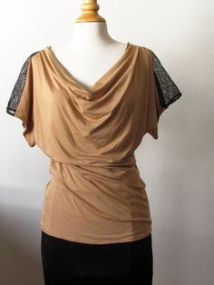 t-shirt col bénitier en jersey de viscose camel et dentelle noire française S/M