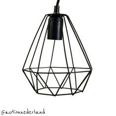 Hoe vinden jullie deze best-budget-buy? Het is een hanglamp met een cilinder- of diamantvorm (in zwart of wit 120 cm) van Action. Te koop voor 599! #bestbudgetbuy #hanglamp #cilinder #diamant #zwartwit #pendant #pendantlamp #pendantlight #actionnederland #actionnl