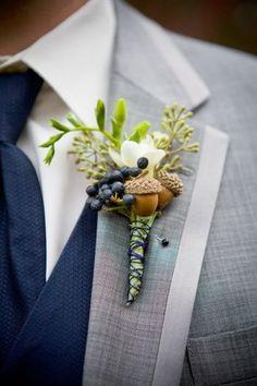 結婚式にて新郎のブートニアに。秋冬の結婚式にとても素敵です。