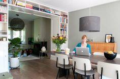 De en-suite boekenkast scheidt de zitkamer en eetkamer subtiel, maar sluit ze niet af #binnenkijker #ideevankarwei #karwei