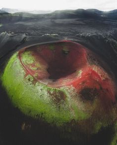 8. Cratera, por Benjamin Hardman   Esta cratera se oxidou e agora exibe cores avermelhadas.