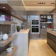 Bom dia meu povo! Começando o nosso dia de inspiração com essa cozinha dos sonhos. Projeto: Autor Desconhecido.