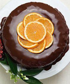 Bolo de laranja, cenoura e chocolate. A cobertura brilhante de chocolate vai fazer deste bolo o centro de atenções da sua mesa.
