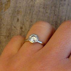 Moissanite Engagement Ring and Wedding Band di McFarlandDesigns