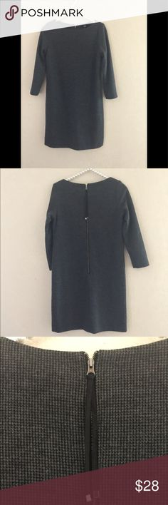 UNIQLO DRESS UNIQLO  DRESS WITH CUTE ZIP IN THE BACK PRE OWNED IN EXCELLENT CONDITION . Uniqlo Dresses
