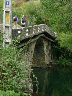 Esta puente es muy interesante a mí porque he cruzado por ella y la encontré en una búsqueda en Pintrest. Es parte del Camino de Santiago y en el suelo antes de cruzarla hay la marca del camino. Fue impresionante ver una parte (pequeña) del Camino.