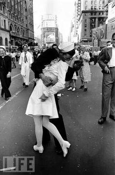 Classic WWII Kiss
