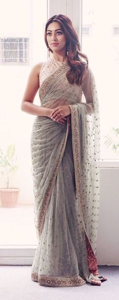 Indian fashion has changed with each passing era. The Indian fashion industry is rising by leaps and bounds, and every month one witnesses some new trend o Simple Sarees, Trendy Sarees, Stylish Sarees, Fancy Sarees, Indian Fashion Dresses, Indian Designer Outfits, Indian Outfits, Indische Sarees, Suits