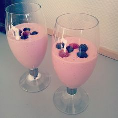 """@thelouiway's photo: """"Lyserød morgenmad til mig og manden. Smoothie af en banen, skyr, mælk, frosne hindbær og et scoop proteinpulver med vaniljesmag. Toppet med lidt hindbær og blåbær."""""""
