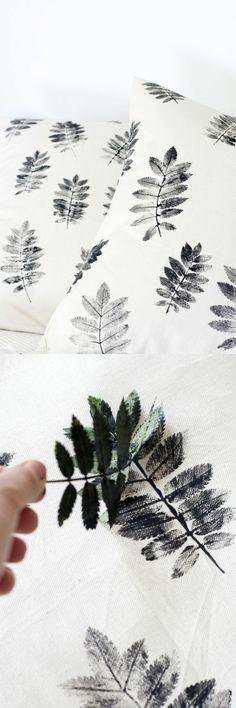 4-stempel-selbst-gestalten-weiße-kissen-dekorieren-grüner-blatt-schwarze-farbe
