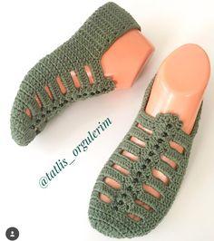 Best 12 The cloister shell shawl crochet tutorial – Artofit – Page 729864683342736900 – SkillOfKing. Crochet Slipper Pattern, Granny Square Crochet Pattern, Crochet Stitches, Crochet Patterns, Crochet Slipper Boots, Knitted Slippers, Shoe Pattern, Crochet Videos, Bare Foot Sandals