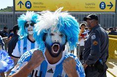Un aficionado de Argentina, en las inmediaciones del estadio de Maracaná donde se jugará la final.