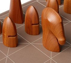 Samarcande is the Hermes chess game in java solid palissander wood and Mahogany. Lines and form makes you sigh as a chess player. It is just a thing of true beauty. But so very very expensive :-/ Giant Chess, Chess Set Unique, Chess Pieces, Wood Toys, Wood And Metal, Wood Art, Wood Crafts, Board Games, Woodworking