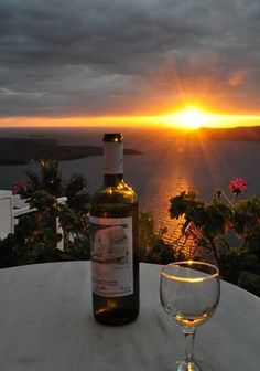 Santorini Wine and Sunset Wine Time, White Wine, Red Wine, Vides, Wine Art, In Vino Veritas, Foto Art, Wine And Spirits, Beautiful Sunset
