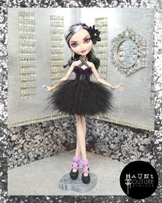 This ensemble looks killer on any doll but works perfect for your Duchess doll! Outfit consists of a black mini dress with an overlay of