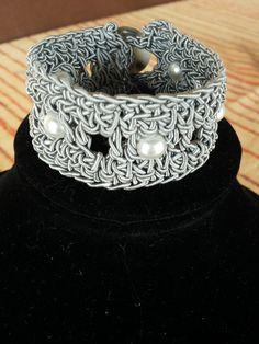 Bracciale grigio con perle
