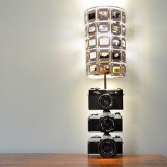 Reciclando diapositivas y cámaras fotográficas para construir esta original lámpara.