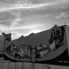 """Há algumas décadas, quando se falava em arte pública, arte na rua, pensava-se em monumentos e esculturas que """"decoram"""" a cidade. A arte contemporânea trouxe uma mudança nesse pensamento: paredes e muros grafitados podem transmitir mensagens e idéias de uma forma muito mais direta aos habitantes de um bairro ou de uma cidade.  #foto #fotografia #fotografiaderua #photo #photography #photographer #pretoebranco #graffiti #rua #urban #blackandwhite #blackandwhitephotography #black #white #vsco…"""