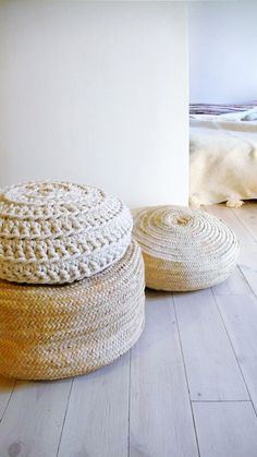Very thick cotton cord pouf is handmade crochet cotton. To use as floor pillows around the house.The outer cover can be removed for washing.: Size: Ø 50 cm /// inches. Pouf En Crochet, Hand Crochet, Hand Knitting, Blueberry Home, Pouf Cuir, Deco Boheme, Leather Pouf, Deco Design, Home And Deco