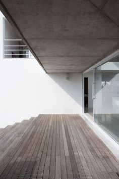 wood deck and overhang white stucco with glass French Countryside, Architecture Old, Built Environment, Bauhaus, My House, Building A House, Entrance, Minimalism, Stairs