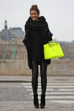 Fluorescent Yellow Leather Bag, all black outfit. Looks Street Style, Looks Style, Style Me, Black Style, Mode Outfits, Winter Outfits, Black Outfits, Winter Clothes, Winter Date Night Outfit Cold