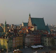 Information and pictures of the favorite tourist spot in Warsaw, the Old Town. Additionally further recommendations for other sights in the Polish capital. I Want To Travel, Us Travel, Places To Travel, Warsaw Poland, Old Town, Places Ive Been, Paris Skyline, To Go, Europe