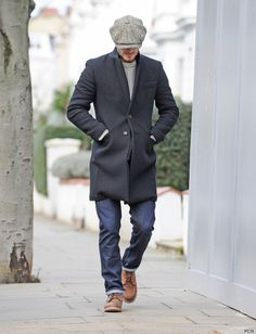 David Beckham walking with his head down, after taking his children to school in London. David recently signed to Paris Saint-Germain and has said he will be donating his a week salary to a children's charity. David Beckham Photos, David Beckham Style, Victoria Beckham Style, Mode Masculine, Stylish Men, Men Casual, Modern Mens Fashion, Denim Jeans Men, Ladies Of London