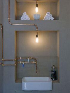 Koperen buizen in een betonnen badkamer - foto: Pinterest