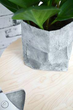 Purkin pohjalla vielä hiukan betonipastaa jäljellä ja yksi mielettömän yksinkertainen kokeilemisen arvoinen idea.Siinä perjantai-illan koodit. Paperinen jauhopussi saa ihan(an) uuden ilmeen helposti betonipastalla.    Näin se tehdään: Käännä pussin reunaa kunnes se on haluamasi korkuinen. Sekoita betonipasta ja maalaa/töpötä ohut kerros betonipastaa pussin kylkiin ja halutessasi myös sisäpuolelle. Anna kuivua. Levitä toinen kerros … Concrete, Crafts, Diy, Cement, Build Your Own, Bricolage, Creative Crafts, Handmade Crafts, Arts And Crafts