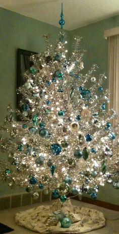 Nothing like a silver and blue christmas tree to remind me of Christmas past. Noel Christmas, White Christmas, Christmas Crafts, Modern Christmas, Retro Christmas Tree, Turquoise Christmas, Country Christmas, Silver Tinsel Christmas Tree, Christmas Things