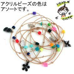 「Mottainai」と、デッドストックのアクリル板のカケラを小さなビーズにくり抜いて、メタルチャームと組み合わせたネックレス。