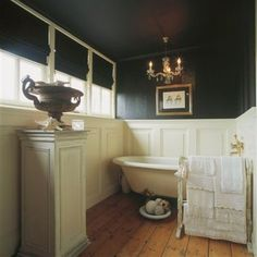 Badkamer in Engelse stijl met sfeervolle accessoires.