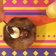 """Anna Pérez Martí en Instagram: """"Les estovalles ho diuen tot: menjar al Tandoor és un festival!  Delícies índies amb un gir modern (com aquest gulab jamun calentó amb gelat de vainilla, aka foodgasm), en un ambient de súper bon rotllo i amb un menú migdia a 12 euros. Jo, no puc demanar més! """" Pudding, Desserts, Food, Vanilla, Restaurants, Meal, Custard Pudding, Deserts, Essen"""