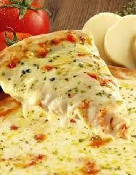 P I Z Z A - de todos os tipos, formatos, sabores!  Acabadinha de assar, no sábado à noite e fria no café da manhã de domingo!  Hummm!
