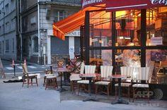 【2015.11.16 月曜日】パリ連続襲撃の死者128人に、負傷者180人                                    仏パリの連続襲撃事件の現場の一つとなったカフェで、事件から一夜明けた14日も続く現場検証(2015年11月14日撮影)。(c)AFP/KENZO TRIBOUILLARD