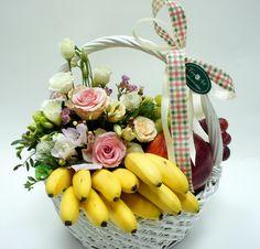 """""""ВИТАМИННАЯ БОМБА"""", исцелит не только ментально и эстетически, но и физически! #букеткиевдоставка #зказатьбукеткиев #корзинкасцветами #заказатьцветы #цветыдоставкакиев Homemade Gift Baskets, Diy Gift Baskets, Homemade Gifts, Wedding Gift Hampers, Wedding Gift Boxes, Basket Flower Arrangements, Flower Arrangement Designs, Fruit Flower Basket, Fruit Hampers"""