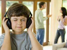 1. Op dit beeld zie je een onschuldig kind die door middel van een koptelefoon de ruzie van zijn ouders probeerd weg te drukken.  2. Door de gabaren van de ouders kum je zien dat ze ruzie hebben. De gezichtsuitdrukking van het kind geeft een pijn weer die het kind aan voelt als zijn ouders ruzie hebben.