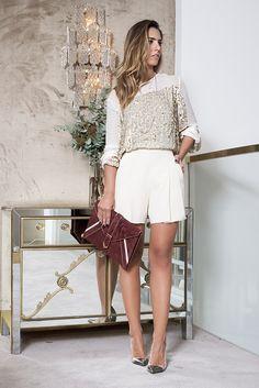 look elegante com shorts off white de alfaiatara e blusa de paetê