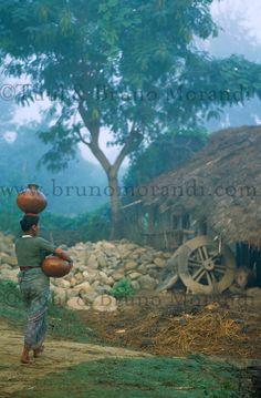 Nepal, region du Terai, corvée d'eau pour cette femme Tharu. // Nepal, Terai…
