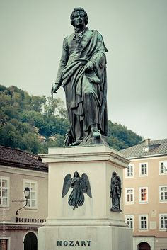 WOLFGANG AMADEUS MOZART. Estátua de Mozart, em Salzburgo