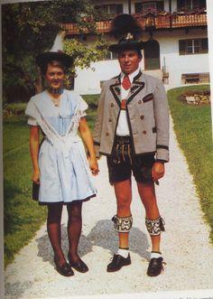 Zeitgenössische Einflüsse auf die Trachtenpflege: Das Foto aus Berchtesgaden von 1972 illustriert u. a. den Einfluss der Minirock-Mode auf die Frauentracht, auch der Schnitt der Lederhose ist an den Geschmack der 1970er Jahre angepasst. (Trachten-Informations- Zentrum des Bezirks Oberbayern)